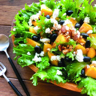 蒸し黒豆とカッテージチーズが入った柿サラダ